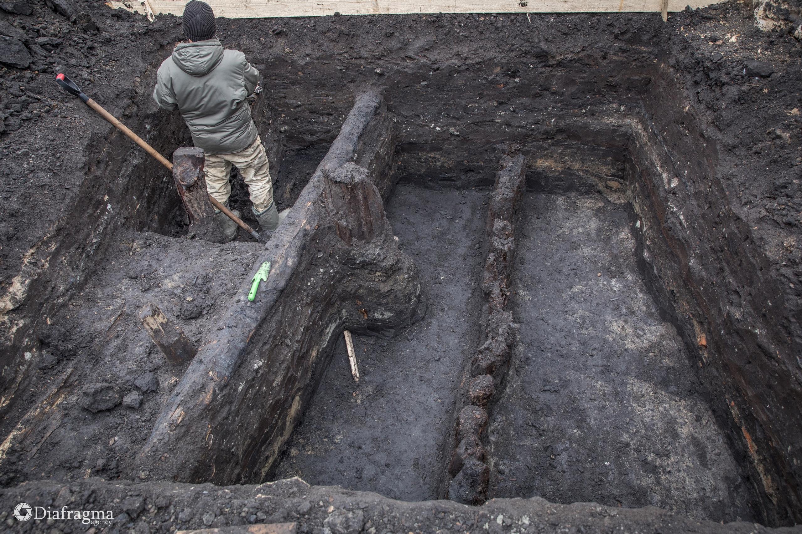 Остатки деревянных сооружений на месте раскопа