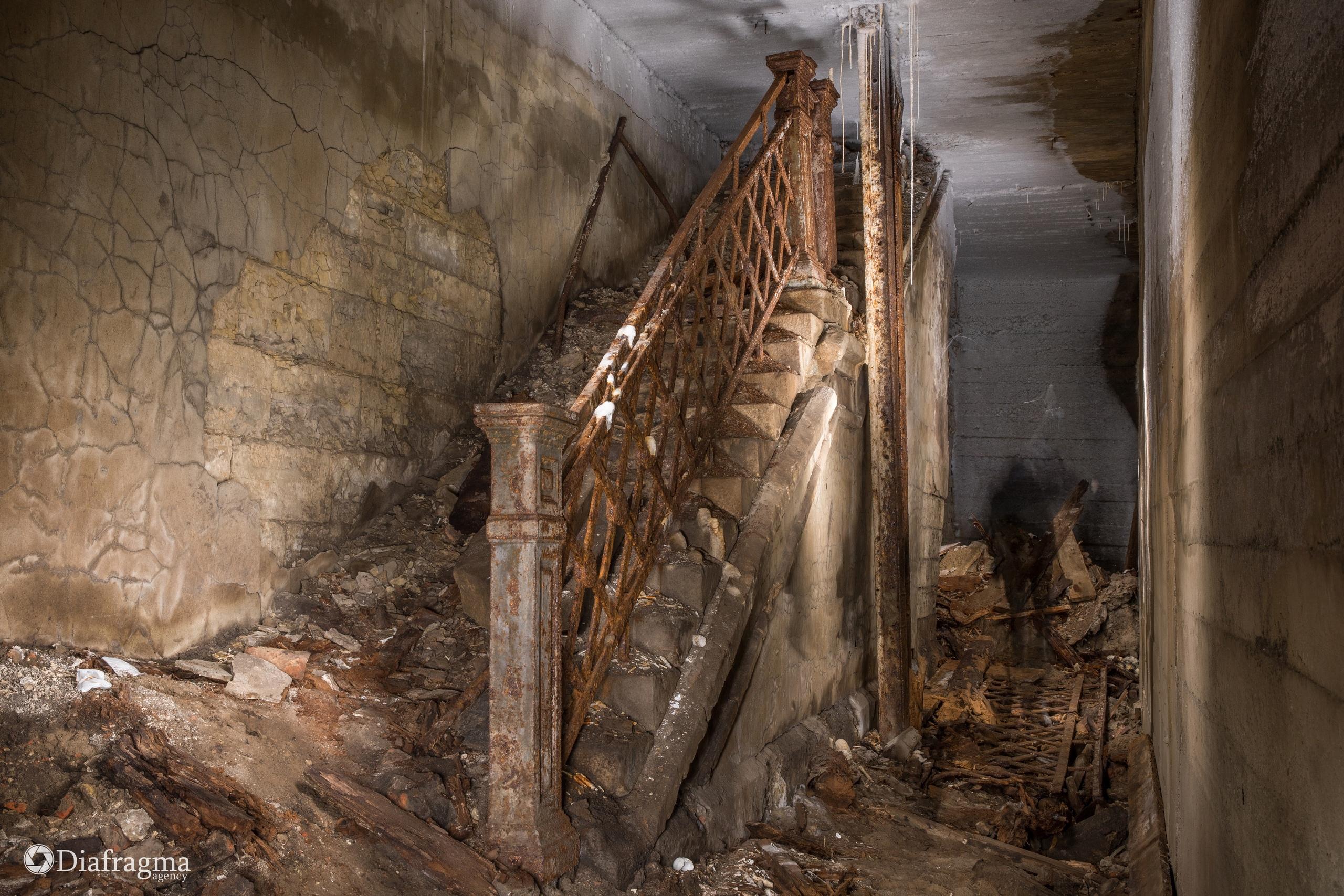 Дореволюционная лестница скрытая за стенами в процессе неоднократной реконструкции.